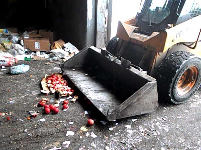 Соптового рынка «Петровский» изъяты иуничтожены польские яблоки ибаклажаны